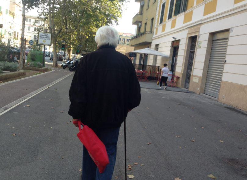 pensionato-cammina-per-strada