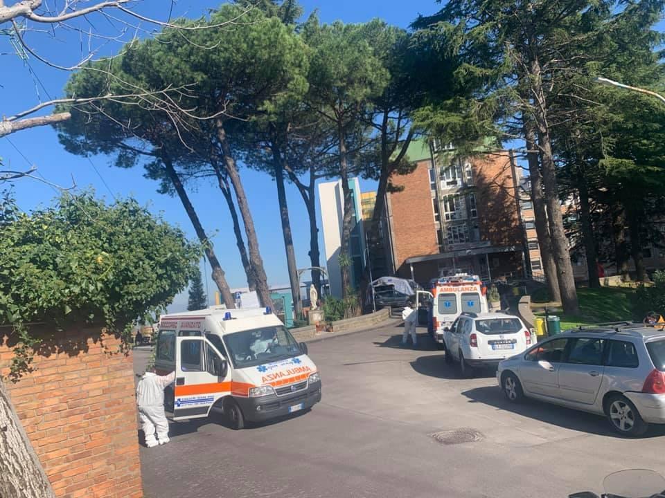 ambulanze-esterno-ospedale-cotugno