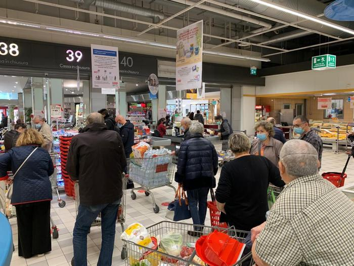 fila-supermercato-torino-vigilia-lockdown
