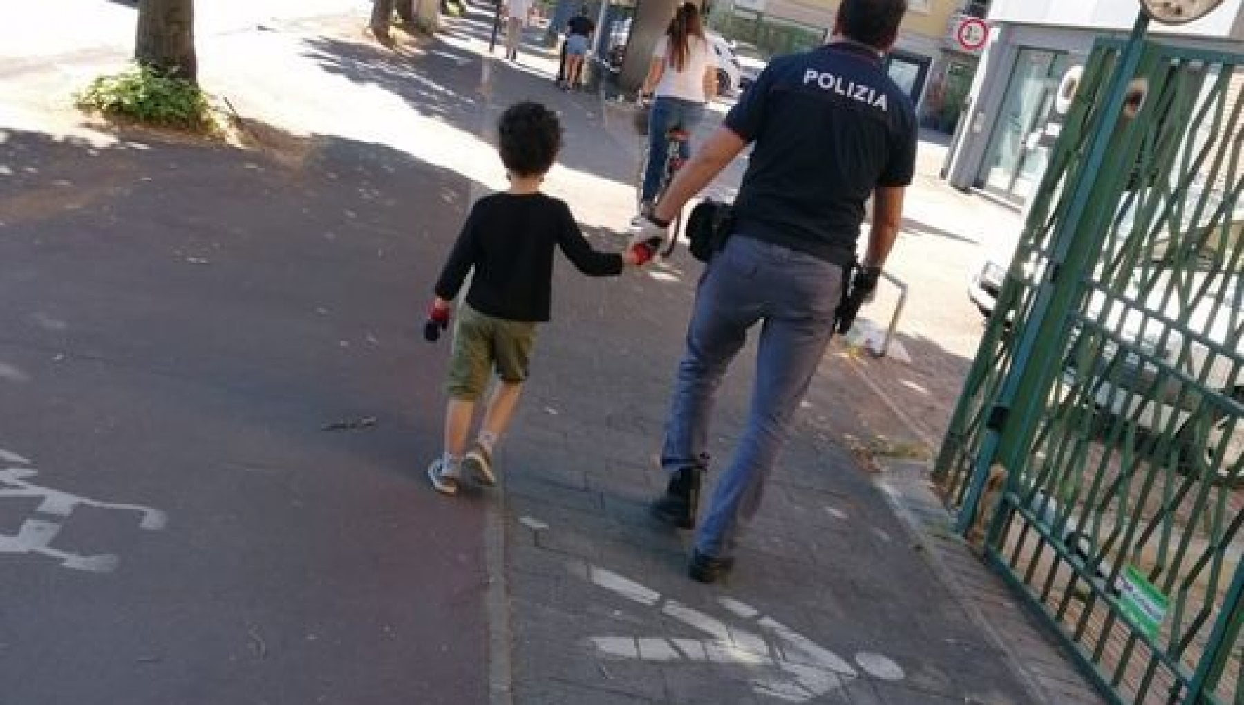 parma-bimba-per-strada-polizia