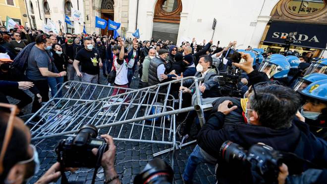 Disordini a Roma oggi, scontri violenti a Montecitorio: la situazione