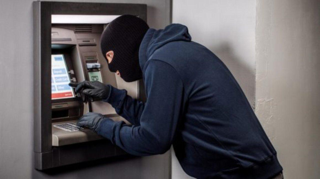 furto-bancomat-ladro