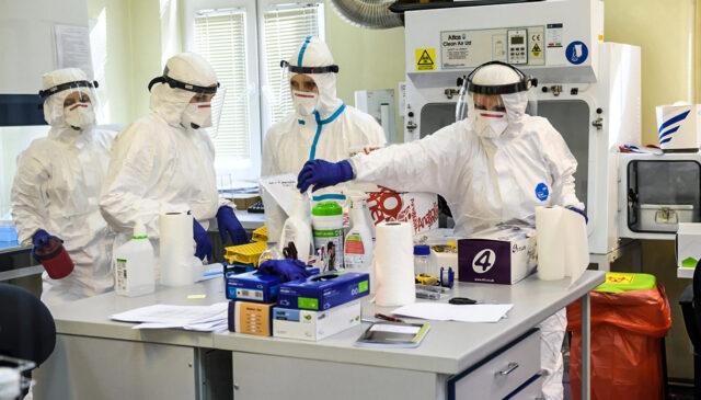 scienziati-covid-laboratorio