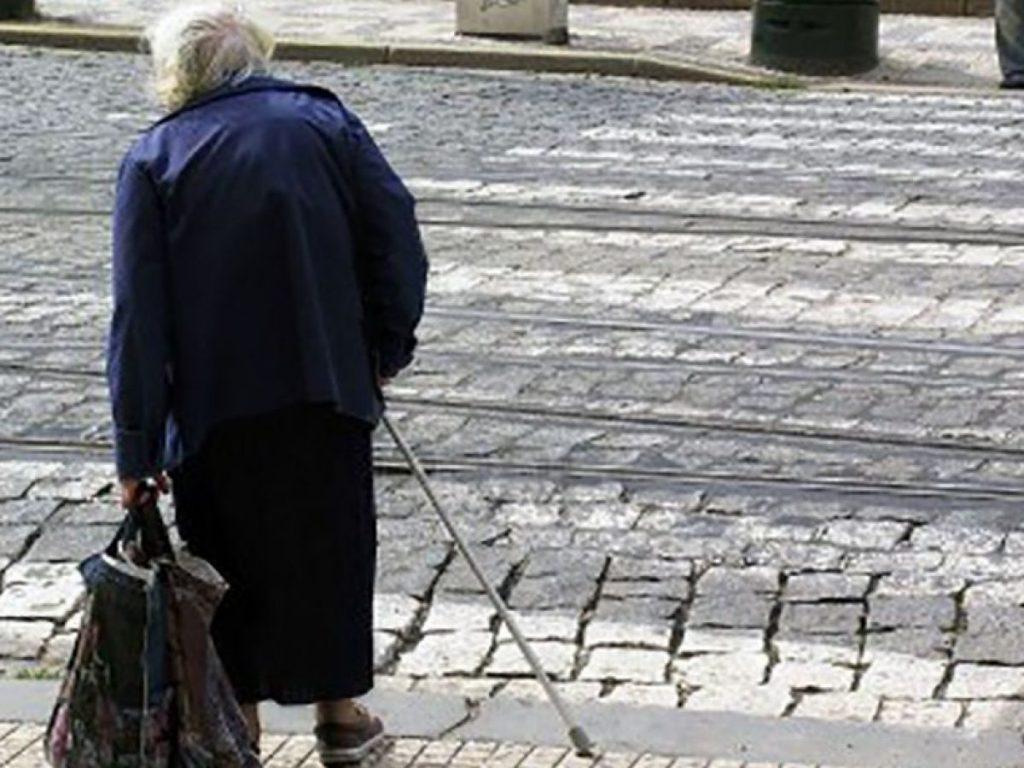 anziana-povera-vecchia-strada