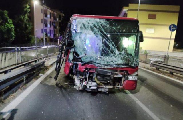 bus-roma-incidente-distrutto